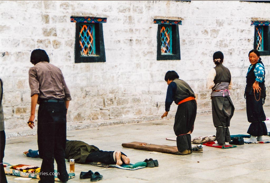 Pilgrims praying at outside the Jokang
