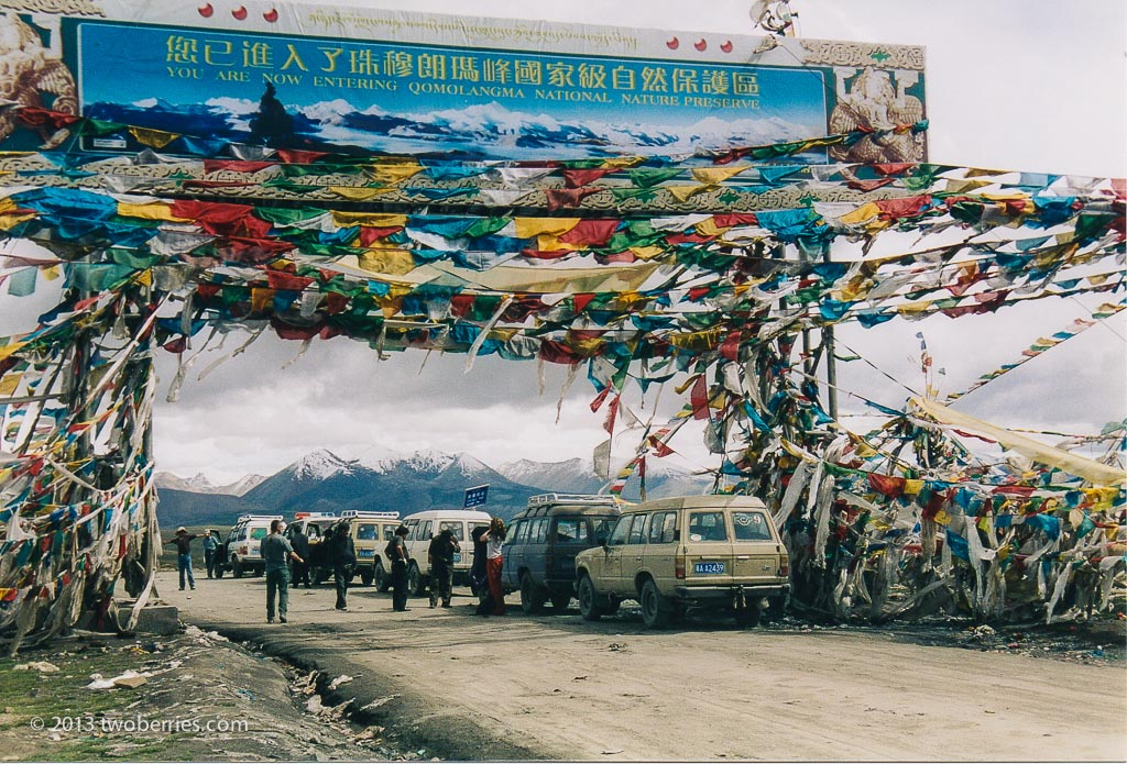 Entrance to the Qomolangma National Nature Reserve at the summit of the Gyatso La (5220 metres)